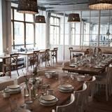 """Das Einrichtungskonzept des Restaurants ist ebenso gemütlich wie skandinavisch-modern. Ein Ort zum Wohlfühlen, an dem auch die Interiorlinie """"Barefoot Living"""" verkauft wird."""