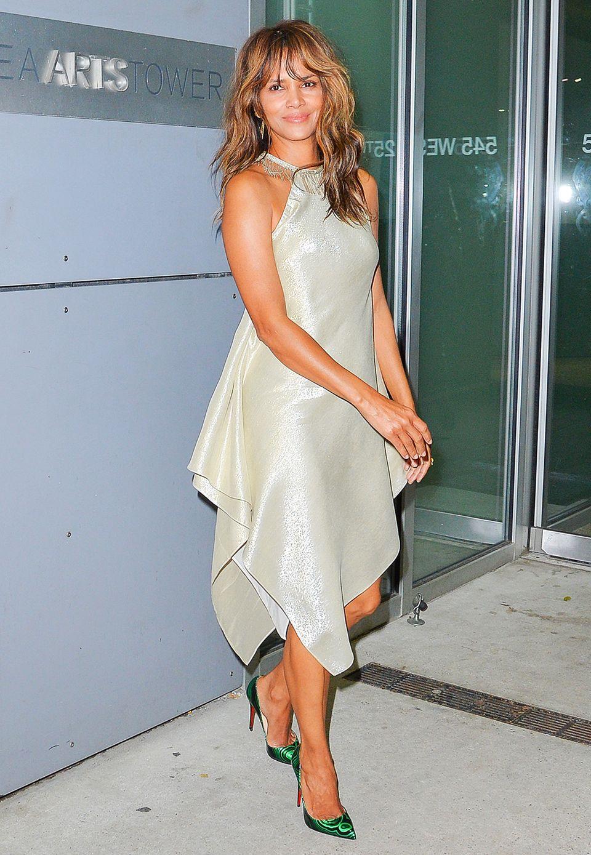 Leicht und doch glamourös sieht man Halle Berry im silbrig-grün glänzenden Abendkleid auf dem Weg zu einer Party in New York.