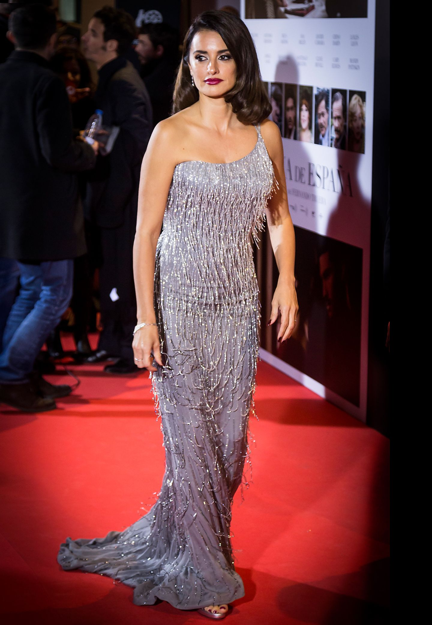 """Bei der """"La Reina de Espana""""-Premiere in Madrid bezaubert Penélope Cruz in einem schimmernden Kleid von Versace."""