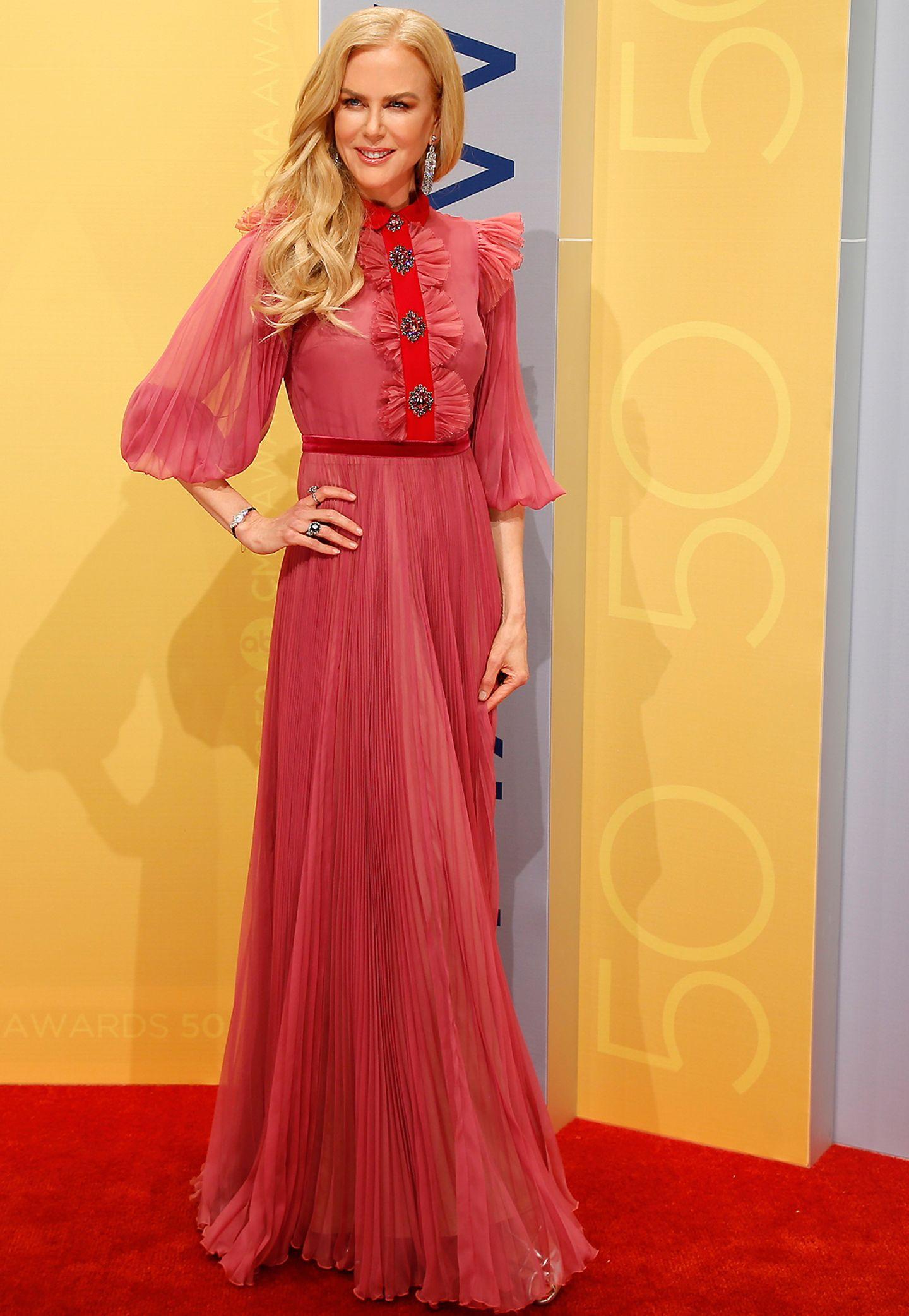 Nicole Kidman präsentiert sich in einem bodenlangen Chiffon-Kleid von Gucci.