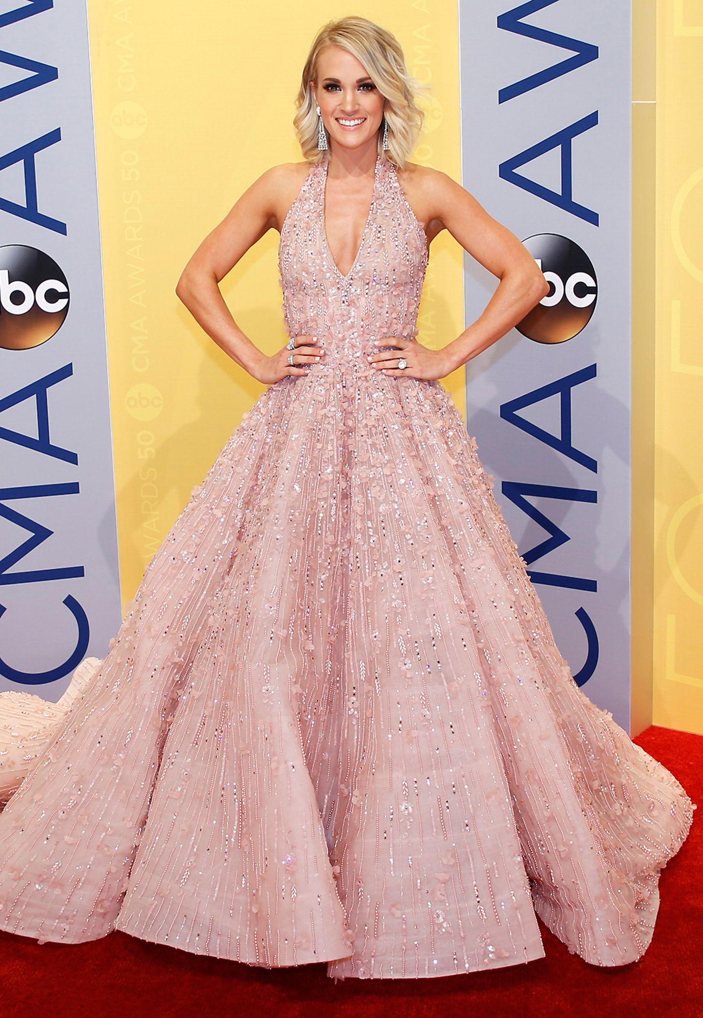 """Carrie Underwood strahlt bei den """"Country Music Association Awards"""" in Nashville in einer Robe von Michael Cinco."""
