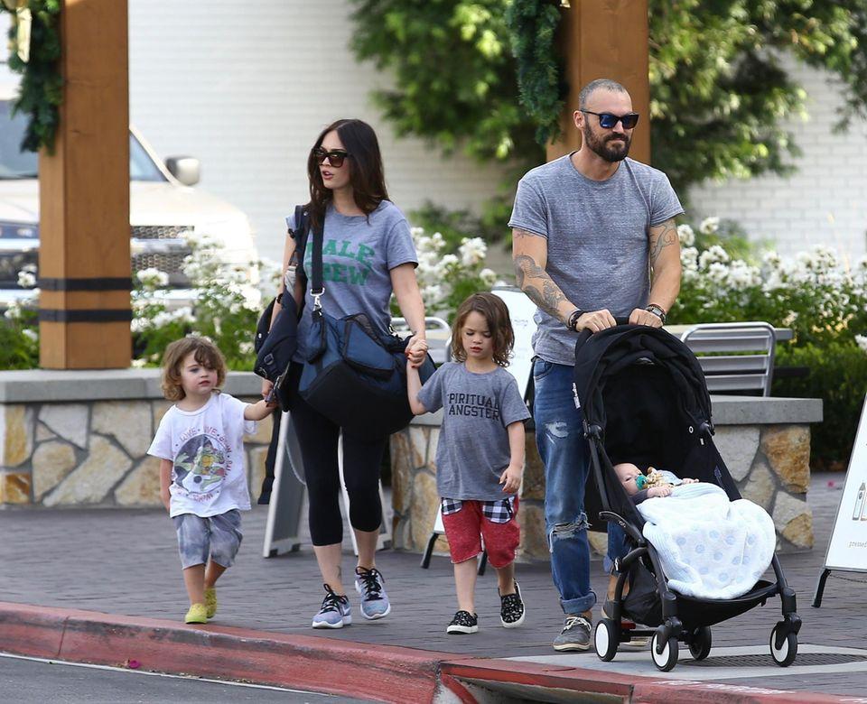 Familienausflug in Los Angeles: Das Traumpaar Megan Fox und Brian Austin Green bummeln entspannt mit ihren Kids durch Ventura County.