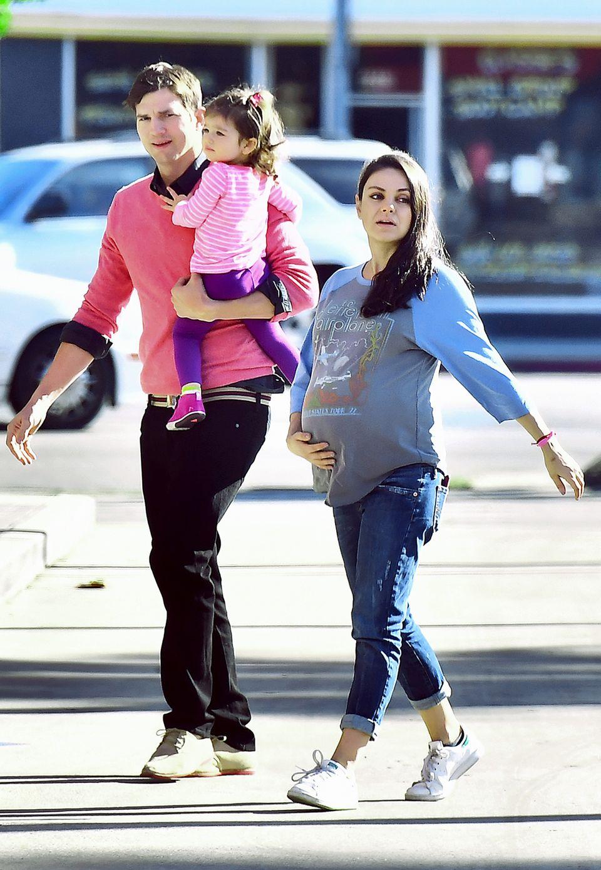 November 2016  Bald sind sie zu viert: Bis es soweit ist, genießen Ashton Kutcher und Mila Kunis noch die gemeinsame Zeit mit Töchterchen Wyatt.