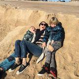 November 2016   Es hat doch Vorteile über den europäischen Winter in Australien zu Leben. Naomi Watts verbringt einen sonnigen Tag am Meer mit ihren beiden Jungs und alle haben was zu Lachen.