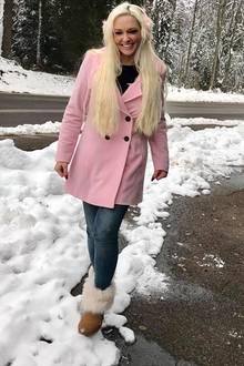 Für Daniela Katzenberger kann der Winter kommen. In einem rosafarbenen Mantel macht sie eine besonders schöne Figur in der winterlichen Pfalz.