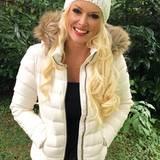 Zu Danielas blonden Wellen und der grauen Jeans kann sich diese schneeweiße Winterjacke mit dazu passender Wollmütze echt sehen lassen.