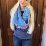 Auch bei diesem Outfit muss der hellblaue Schal bitte perfekt zur Wintermütze passen. Ja, auch auf der spanischen Insel Mallorca, die mittlerweile zu Danis Heimat geworden ist, kann man im Winter nicht im Kleidchen an den Strand.