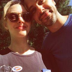 """""""Gewählt, und es fühlt sich so gut an"""": Amanda Seyfried und ihr Liebster Thomas Sadoski strahlen in der Nachmittagssonne."""