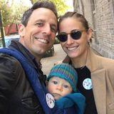Familienausflug: Seth Meyers geht mit seiner Frau Alexi und dem acht Monate alten Sohn Ashe zur Wahl.