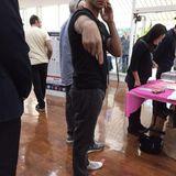 John Stamos weist seine Begleitung an, das Handy zu senken. Er möchte nicht beim Wählen fotografiert werden.