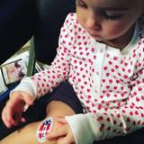 Wie süß: Molly Sims' kleine Tochter spielt mit dem Wahlsticker.