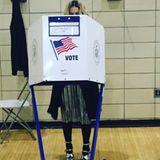 Madonna steht in der Wahlkabine.