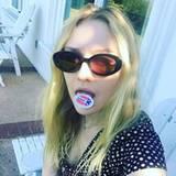 Dakota Fanning trägt für das Selfie ihren Sticker auf der Zunge.
