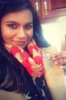 Mindy Kaling trägt einen Schal passend zur US-Wahl.