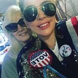 """""""Jede Stimme zählt!"""" Lady Gaga hat mit ihrer Mutter Cynthia in New York gewählt."""