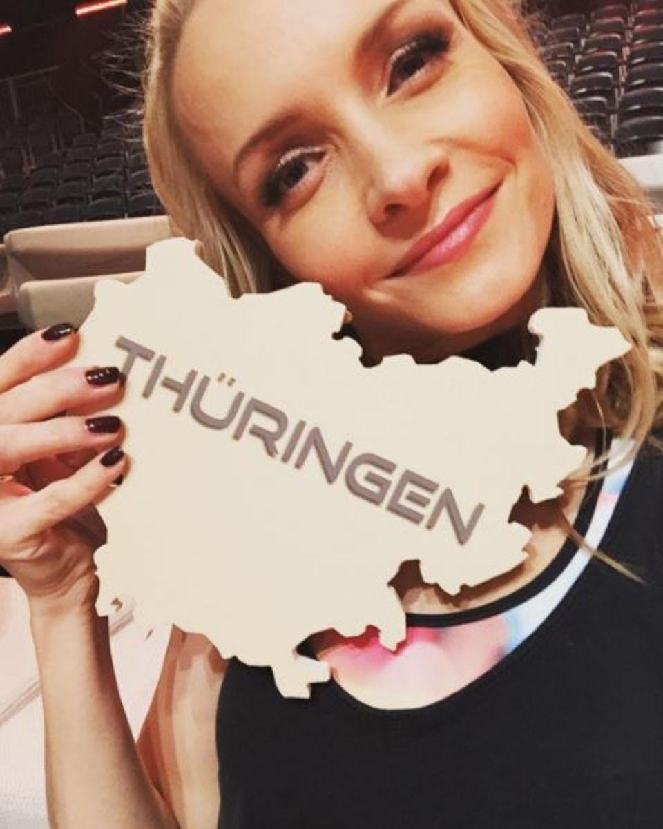 Kurz bevor die Tanzshow beginnt, macht Janin Ullmann noch Werbung für ihr Heimatbundesland Thüringen.