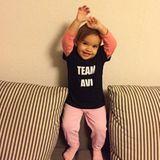 """Jetzt kann eigentlich nichts mehr schief gehen, der größte Fan von Avelina ist ihr Patenkind. Die Kleine trägt eine """"Team Avi""""-Shirt und übt schon mal das Jubeln."""