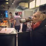 Nach einer viertstündigen Show mit Lampenfieber und Tanzeinlage, hat sich Janin Ullmann definitiv ein Feierabendbierchen und Currywurst verdient. Prost!
