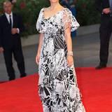 """Natalie Portman lenkte bei der Venedig-Premiere von """"Jackie"""" vom Blick auf ihre kleine Babykugel noch mit diesem auffällig gemusterten Abendkleid ab."""