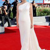 """Der Moment! Natalie Portman zeigt sich bei der Venedig-Premiere von """"Planetarium"""" als perfekte Hollywood-Ikone im weißen Traumkleid von Dior, und der kleine Babybauch ist nicht mehr zu übersehen."""