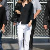 Natalie Portman achtete vor Bekanntgabe ihrer Schwangerschaft eigentlich immer darauf, dass das kleine Babybäuchlein unter weiten, aber stylischen Outfit versteckt ist. In weißer Hose und schwarzem Oberhemd war das gar nicht so einfach.