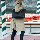 Bevor Natalie Portman beim Filmfestival in Venedig ihr Baby-Geheimnis verriet, versuchte sie bei der Ankunft in der Lagunenstadt noch sehr, ihr Bäuchlein unter Trenchcoat und großer Handtasche zu verstecken.