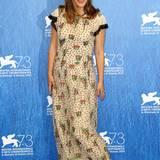 Mit schönen Mustern und fließenden Stoffen kann man wunderbar von kleinen Bäuchen ablenken. Natalie Portman weiß das genau.