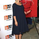Schlicht und schön: Beim New Yorker Filmfestival Mitte Oktober zeigt Natalie Portman im eleganten, dunkelblauen Kleid, wie schnell ihr Babybauch schon gewachsen ist.