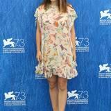 Kommt ein Vogel geflogen... Gleich mehrere sogar im Falle des weiten Sommerkleides von Natalie Portman. An dem Nachmittag des Fototermin wurde schon wild über eine Schwangerschaft spekuliert.
