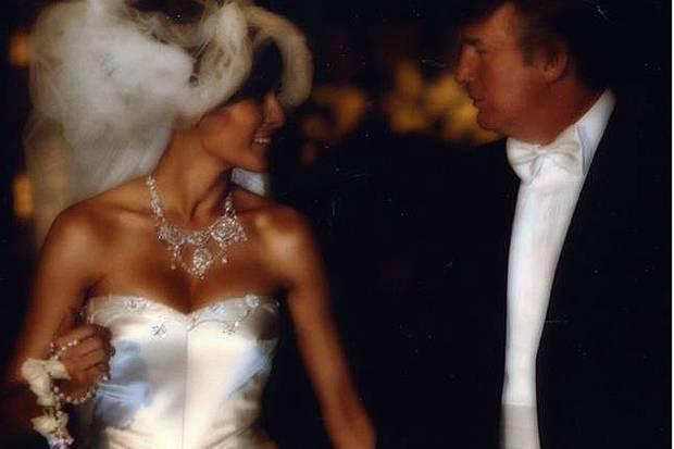 Melania und Donald Trump bei ihrer Hochzeit 2005. Das pompöse Hochzeitskleid von Dior mit Perlen, Glaskristallen, einer Schleppe von fünf Metern und einem Brautschleier von vier Metern soll 200.000 Dollar gekostet und in über 1000 Arbeitsstunden handbestickt worden sein.