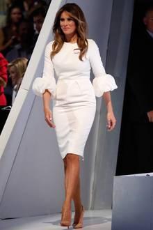 """Unschuldig in weiß: Für ihre erste öffentlichen Rede im Wahlkampf von Donald Trump am 18. Juli 2016 in Cleveland kleidet sich Melanie in ein Etui-Kleid mit Puffärmeln. Designerin der etwa 2000 Euro teuren Kreation namens """"Margot"""" ist die Serbin Roksanda Illincic."""
