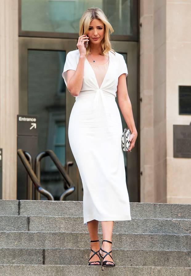 In sommerlichem Weiß besucht Ivanka ganz beschäftigt eine Veranstaltung im Metropolitan Museum in New York.