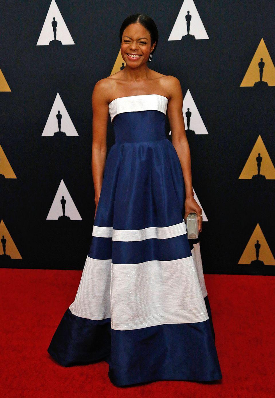 Bestens gelaunt in Blau und weiß präsentiert sich Naomie Harris bei den Governors Awards.