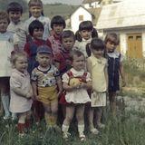 Melania Trump, damals noch unter dem Namen Melanija Knavs (zweites Kind v. r.) posiert für ein Gruppenfoto während eines Kindergeburtstages in Sevnica, Slowenien.
