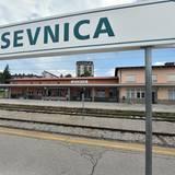 Bahnhof in Sevnica: Es muss hier begonnen haben. Mit großen Träumen stieg das aufstrebende Model Melanija Knavs in den Zug Richtung Mailand, Paris bis New York.