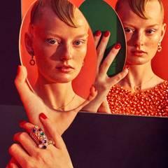 Spieglein, Spieglein ... Ringe aus Silber mit Edelsteinen von Pandora. Rainbow-Ohrringe und Kette, beides von Juwelier Rüschenbeck. Oberteil mit Perlen und Pailletten von Marina Hoermanseder