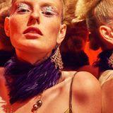 Chandeliers aus Roségold mit Brillanten von Chopard; Kette aus Roségold mit Diamanten und champagnerbraunen Perlen von Chopard; Feder-Choker und Kleid aus grünem Samt, beides von Dries Van Noten