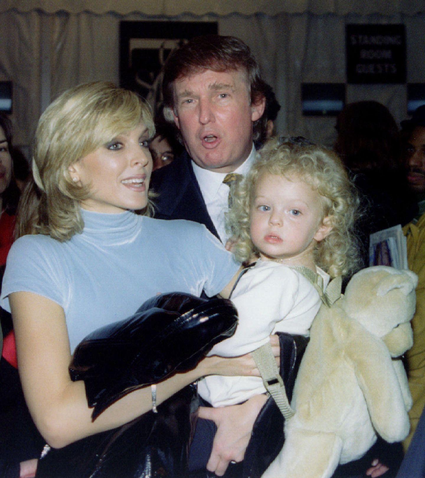 Mit der Schauspielerin Marla Maples war Donald von 1993 bis 1999 verheiratet. Gemeinsam haben sie eine Tochter: Tiffany Trump.