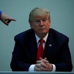 """Dürfen wir vorstellen: Donald Trump, der neu ernannte mächtigste Mann der Welt. Seine Milliarden verdienter er im Immobiliengeschäft und der Unterhaltungsbranche. Mit Fernsehsendungen wie """"The Apprentice"""" erhöhte er seine Popularität und gehört heute zu den bekanntesten Geschäftsleuten der Vereinigten Staaten."""