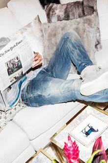 Dahinter steckt ein cleverer Kopf: Philipp Plein mit Sonntagszeitung. Die Sahneschnittchen hat er extra für seinen Besucher besorgen lassen