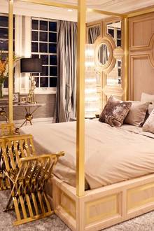 """Das Schlafzimmer des Designers. An der Rückwand des Himmelbetts das Logo des Hauses: """"162 NY""""."""