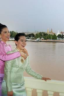 Prinzessin Ubol Ratana, älteste Tochter von König Bhumibol Adulyadej, heiratet den 1972 den Amerikanerin Peter Jensen, den sie während des Studiums in Boston kennengelernt hatte. Das Paar bekommt zwei Töchter (im Bild) und einen Sohn, lässt sich aber 1998 scheiden.