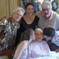Dankbar für so vieles: Kirk Douglas, der am 9. Dezember 100 Jahre alt wird, ist Ehrengast bei seinem Sohn Michael Douglas, Catherine Zeta-Jones und den beiden Kindern Dylan und Carys.