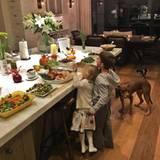 Benjamin und Vivian Brady, die süßen Kinder von Gisele Bundchen und Tom Brady, können es kaum abwarten, das vielfältige Buffet zu plündern.