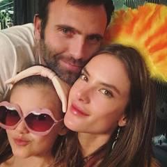 An Thanksgiving scheint Töchterchen Anja ganz besonders doll nach Mama Alessandra Ambrosio zu schlagen. Das brasilianische Model posiert mit ihrem Mini-Me und Jamie Mazur für einen Schnappschuss.