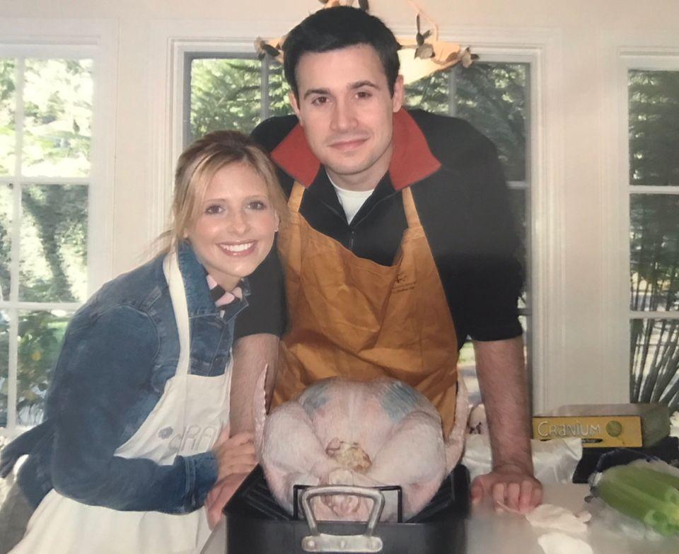 Sarah Michelle Prinze und Ehemann Freddie Prinze sind eines dieser beneidenswerten Paare, die offensichtlich auch nach vielen Jahren noch schwer verliebt sind. Da freut sich selbst der Truthahn.