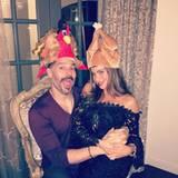 Spaß muss sein: Joe Manganielle und seine bildschöne Ehefrau Sofia Vergara haben sich tierisch coole Hüte ausgesucht.