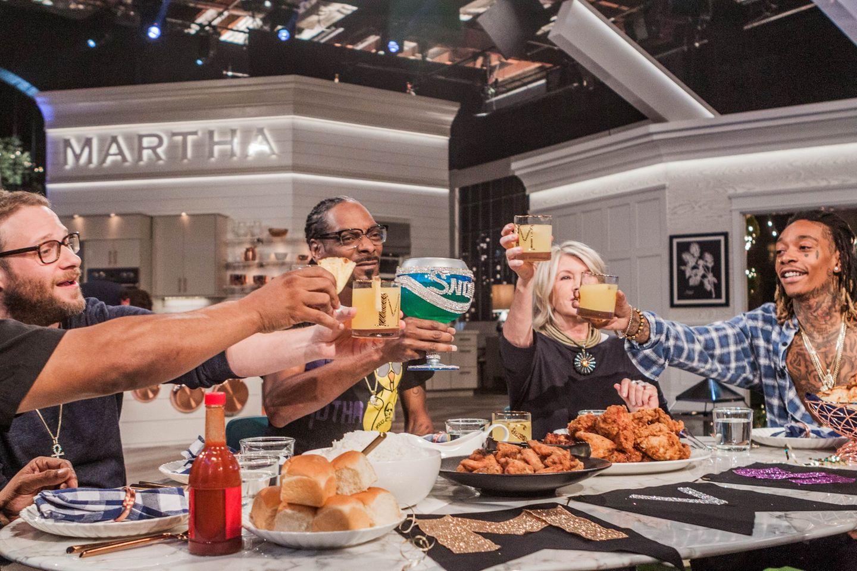Thanksgiving mit Seth Rogen und Martha Stewart? Warum nicht, dachte sich Snoop Dogg und besuchte die amerikanische Hausfrauenkönigin in ihrer TV-Sendung.