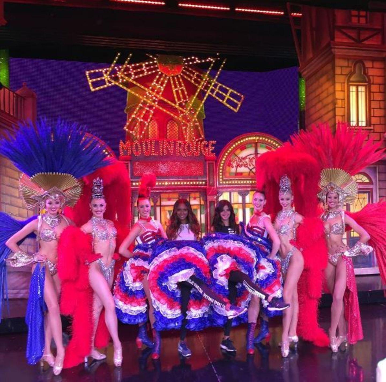 """Sara Sampaio besucht vor dem """"Victorias Secret""""-Auftritt die """"Moulin Rouge Paris""""-Show und darf sogar den """"Cancan"""" üben."""