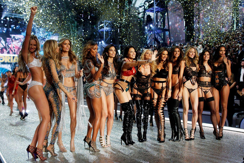 Party-Time! Die Models feiern den Abschluss der Show zusammen auf dem Catwalk.